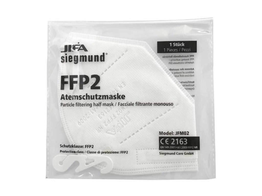 Verpackte FFP2-Maske auf weißem Hintergrund.