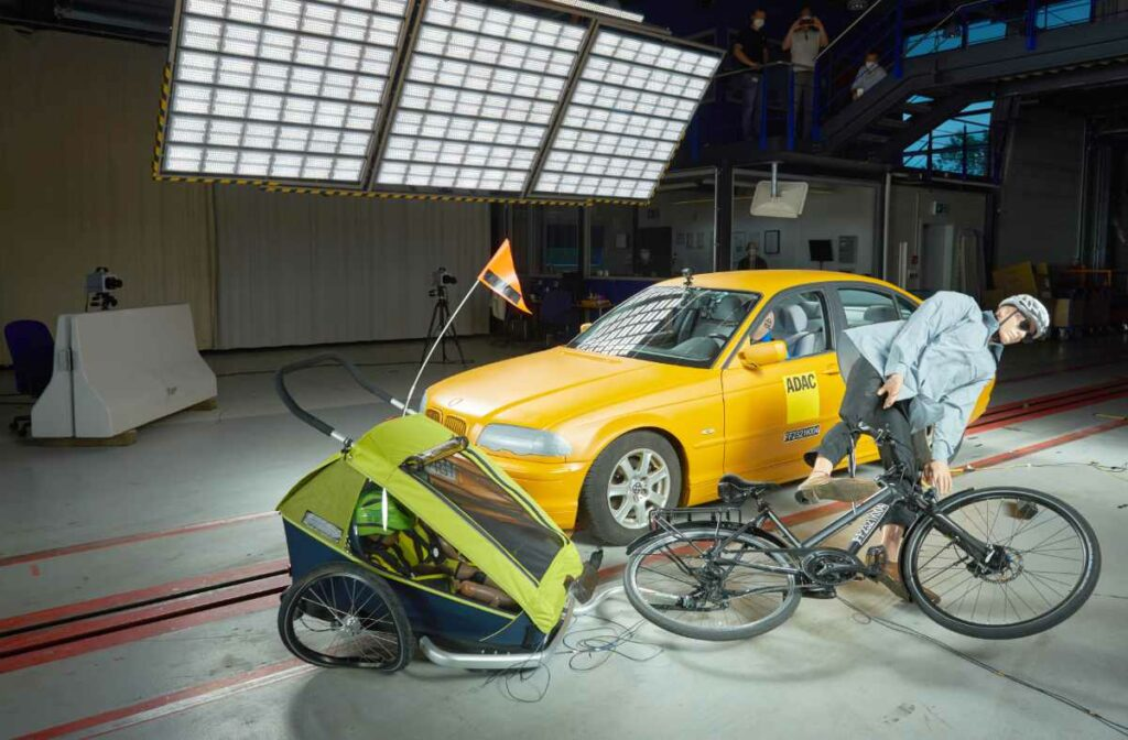 Der Fahrradanhänger schlägt sich im Crashtest ordentlich.