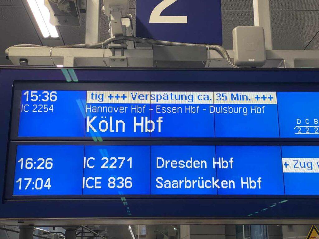 Bahnsteigs Anzeige mit weißer Schrift auf blauem Hintergrund. Bild https://HauptstadtPapa.com