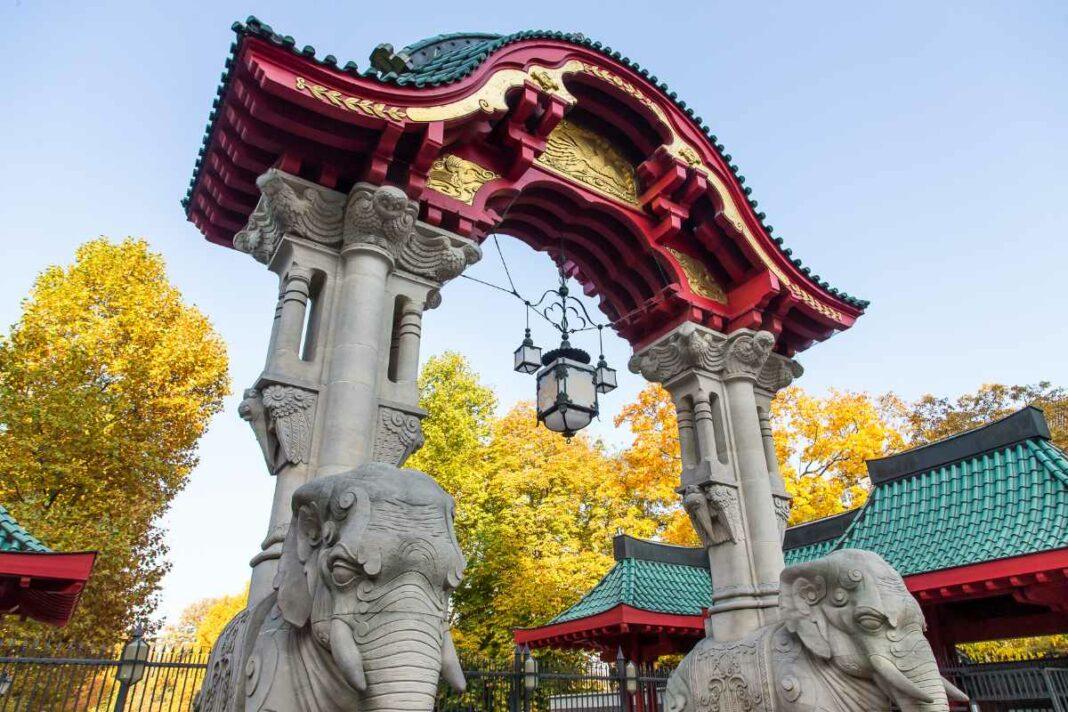 Das beruehmte Elefantentor bildet den Eingang zum Berliner Zoo.