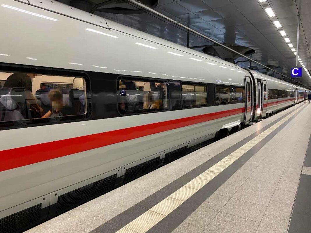 Ein ICE-Zug steht am Gleis. (Bild: Thorsten Claus)